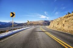 Οδική στροφή ασφάλτου βουνών, εικόνα έννοιας προειδοποίησης ταξιδιού Στοκ Εικόνες
