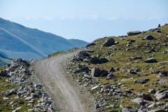 Οδική στροφή στα βουνά. Κιργιστάν Στοκ φωτογραφία με δικαίωμα ελεύθερης χρήσης