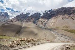 Οδική στροφή στο πέρασμα Barskoon. Kirgizstan Στοκ Εικόνες