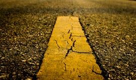 Οδική σύσταση ασφάλτου με την κίτρινη γραμμή στοκ εικόνες