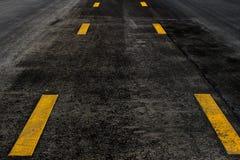 Οδική σύσταση ασφάλτου με την κίτρινη γραμμή Στοκ εικόνες με δικαίωμα ελεύθερης χρήσης