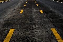 Οδική σύσταση ασφάλτου με την κίτρινη γραμμή στοκ φωτογραφία με δικαίωμα ελεύθερης χρήσης