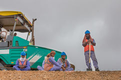 Οδικοί εργαζόμενοι που παίρνουν ένα σπάσιμο Στοκ Εικόνες