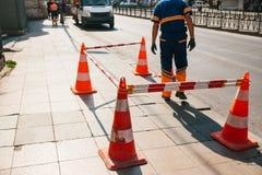Οδικός εργαζόμενος Οδικός κώνος στο δρόμο μπλε όψη απόχρωσης οδικών σημαδιών γωνίας ευρέως Οδικές εργασίες για τις οδούς της Ιστα Στοκ φωτογραφία με δικαίωμα ελεύθερης χρήσης