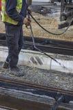 Οδικός εργαζόμενος που ψεκάζει με το χέρι το γαλάκτωμα 2 πίσσας στοκ εικόνες με δικαίωμα ελεύθερης χρήσης