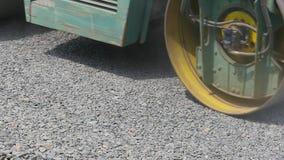 Οδικός κύλινδρος στην επισκευή του δρόμου φιλμ μικρού μήκους