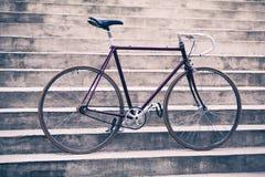 Οδικό αναδρομικό ποδήλατο και συγκεκριμένα σκαλοπάτια, αστικό εκλεκτής ποιότητας styl σκηνής Στοκ Εικόνα