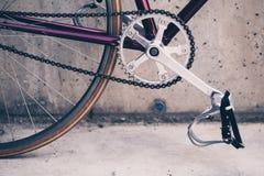 Οδικό ποδήλατο και συμπαγής τοίχος, αστικό εκλεκτής ποιότητας ύφος σκηνής Στοκ φωτογραφίες με δικαίωμα ελεύθερης χρήσης