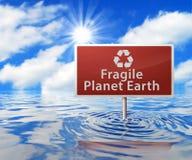 Οδικό σημάδι ανακύκλωσης στην πλημμυρισμένη περιοχή στοκ εικόνα