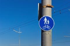 Οδικό σημάδι για τα ποδήλατα και την πορεία πεζών Στοκ εικόνα με δικαίωμα ελεύθερης χρήσης