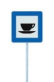 Οδικό σημάδι εστιατορίων στο μετα πόλο, κυκλοφορία roadsign, απομονωμένο μπλε φλυτζάνι τσαγιού καφέ τομέα εστιάσεως καφετερίων κα Στοκ εικόνες με δικαίωμα ελεύθερης χρήσης