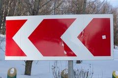 Οδικό σημάδι μια χειμερινή ημέρα Χειμερινό δασικό τοπίο πίσω Στοκ Φωτογραφία