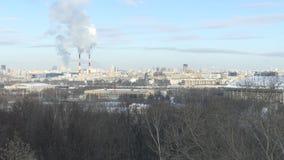 Οδικό σημάδι μια χειμερινή ημέρα Χειμερινό δασικό τοπίο πίσω απόθεμα βίντεο