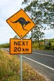 Οδικό σημάδι που δείχνει τα καγκουρό μπροστά Αυστραλοί Στοκ φωτογραφία με δικαίωμα ελεύθερης χρήσης