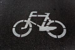 Οδικό σημάδι ποδηλάτων στο δρόμο Στοκ φωτογραφία με δικαίωμα ελεύθερης χρήσης