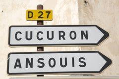 Οδικό σημάδι σε Cucuron και Ansouis από Lourmarin Στοκ εικόνες με δικαίωμα ελεύθερης χρήσης