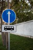 Οδικό σημάδι στάσεων λεωφορείου Σημάδι πληροφοριών Στοκ εικόνες με δικαίωμα ελεύθερης χρήσης