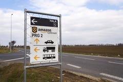 Οδικό σημάδι στις σε απευθείας σύνδεση διοικητικές μέριμνες εκπλήρωσης του Αμαζονίου επιχείρησης λιανοπωλητών που χτίζουν στις 12 Στοκ Εικόνες