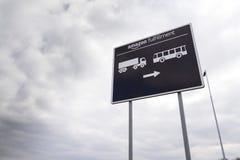 Οδικό σημάδι στις σε απευθείας σύνδεση διοικητικές μέριμνες εκπλήρωσης του Αμαζονίου επιχείρησης λιανοπωλητών που χτίζουν στις 12 Στοκ Φωτογραφία