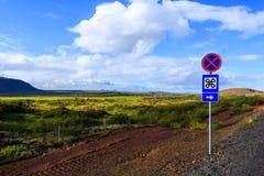 Οδικό σημάδι στον τομέα, καλλιεργήσιμο έδαφος Στοκ φωτογραφίες με δικαίωμα ελεύθερης χρήσης