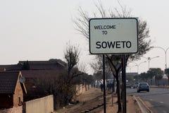 Οδικό σημάδι, υποδοχή οδικών σημαδιών σε SOWETO στην είσοδο στο προάστιο Johanessburg - Soweto στοκ εικόνες