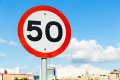 Οδικό σημάδι 50 υπόβαθρο μπλε ουρανού Στοκ Εικόνα