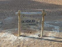 Οδικό σημάδι Deadvlei, Ναμίμπια Στοκ Εικόνες