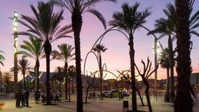 Ο λιμένας ηλιοβασιλέματος της Βαρκελώνης vell εμπορεύεται το χρονικό σφάλμα Ισπανία αλεών φοινικών γλυπτών μετάλλων κύκλων 4k απόθεμα βίντεο