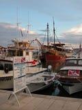 Ο λιμένας με τις νέες και παλαιές βάρκες μαρινών ενάντια στο νεφελώδη ουρανό, Κροατία στοκ εικόνα με δικαίωμα ελεύθερης χρήσης