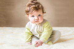 ο ιματισμός μωρών απομόνωσε λίγο ρόδινο λευκό χαμόγελου συνεδρίασης Στοκ φωτογραφία με δικαίωμα ελεύθερης χρήσης