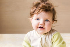 ο ιματισμός μωρών απομόνωσε λίγο ρόδινο λευκό χαμόγελου συνεδρίασης Στοκ Εικόνες