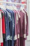 Ο ιματισμός πουλαά λιανικώς της έννοιας Γυναικείες πυτζάμες στις κρεμάστρες στο κατάστημα ενδυμάτων Πυτζάμα στο κατάστημα Διαφημί στοκ φωτογραφία