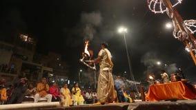 Ο ινδός ιερέας εκτελεί Agni Pooja σανσκριτικό: Λατρεία της πυρκαγιάς σε Dashashwamedh Ghat - κύριο και παλαιότερο ghat του Varana απόθεμα βίντεο