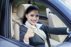 Ο ινδικός εργαζόμενος παρουσιάζει αντίχειρα στο αυτοκίνητο Στοκ φωτογραφία με δικαίωμα ελεύθερης χρήσης