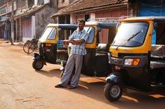 Ο ινδικός οδηγός tuk-Tuk περιμένει τους πελάτες Στοκ φωτογραφία με δικαίωμα ελεύθερης χρήσης