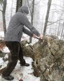 Ο ιππότης αφαιρεί το μαγικό ξίφος Excalibur στην πέτρα Στοκ Εικόνες