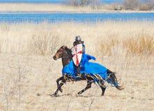 Ο ιππότης αλόγων σε ένα τεθωρακισμένο Στοκ Φωτογραφίες