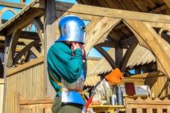 Ο ιππότης που φορά το κράνος και το τεθωρακισμένο στα διεθνή πρωταθλήματα φεστιβάλ ιπποτών Αγίου George Στοκ Φωτογραφία