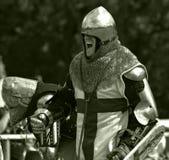Ο ιππότης προετοιμάζεται για τη μάχη Στοκ φωτογραφία με δικαίωμα ελεύθερης χρήσης
