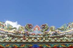 Ο διπλός κινεζικός δράκος στη στέγη ναών Στοκ Εικόνες