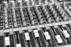 Ολισθαίνοντες ρυθμιστές και εξογκώματα σε έναν πίνακα ελέγχου μουσικής Στοκ Φωτογραφίες