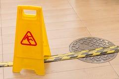 Ολισθηρό εικονίδιο στις κίτρινες πλαστικές επιφυλακές προειδοποιητικών σημαδιών για τον κίνδυνο ο Στοκ φωτογραφίες με δικαίωμα ελεύθερης χρήσης
