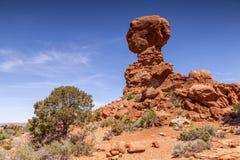 Ο ισορροπημένος βράχος σχηματίζει αψίδα το εθνικό πάρκο Γιούτα ΗΠΑ Στοκ φωτογραφία με δικαίωμα ελεύθερης χρήσης