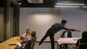 Ο ισπανικός επιχειρηματίας κάνει τη βροχή χρημάτων δολαρίων στους συναδέλφους ως νικητή λαχειοφόρων αγορών απόθεμα βίντεο