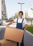 Ο ισπανικός εργαζόμενος παίρνει ένα κιβώτιο Στοκ Εικόνες