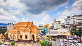 Ο ιστορικός ναός χαρακτηρίζει ένα επιχρυσωμένο εξωτερικό, τις εκθέσεις & ένα ογκώδες χρυσό άγαλμα του Βούδα φιλμ μικρού μήκους