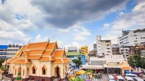 Ο ιστορικός ναός χαρακτηρίζει ένα επιχρυσωμένο εξωτερικό, τις εκθέσεις & ένα ογκώδες χρυσό άγαλμα του Βούδα απόθεμα βίντεο