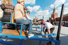 Ο ισχυρός άνδρας είναι έτοιμος να αυξήσει ένα βαρύ φορτίο Στοκ φωτογραφία με δικαίωμα ελεύθερης χρήσης