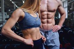 Ο ισχυρός άνδρας και μια γυναίκα θέτουν με τους όμορφους οργανισμούς στοκ φωτογραφία