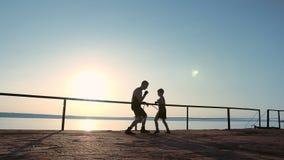Ο ισχυρός νέος ψηλός αρσενικός μπόξερ διδάσκει το μικρό γιο του πώς να εγκιβωτίσει κατάλληλα απόθεμα βίντεο